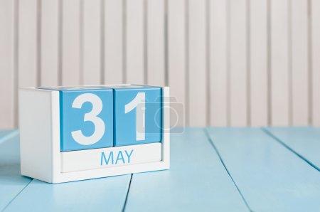 Photo pour Le 31 mai. Image du 31 mai calendrier de couleurs en bois sur fond blanc. Au printemps dernier, fin du printemps. Espace vide pour le texte. Journée mondiale des blondes - image libre de droit
