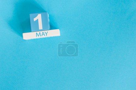 Photo pour Le 1er mai. Image du 1er mai calendrier de couleurs en bois sur fond bleu. Jour du printemps, espace vide pour le texte. Journée internationale des travailleurs . - image libre de droit