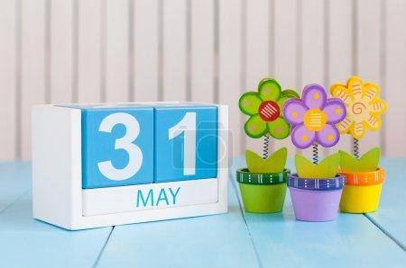 Photo pour Le 31 mai. Image du 31 mai calendrier de couleurs en bois sur fond blanc avec des fleurs. Au printemps dernier, fin du printemps. Espace vide pour le texte. Journée mondiale des blondes . - image libre de droit