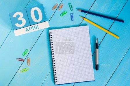 Photo pour Le 30 avril. Image du 30 avril calendrier de couleurs en bois sur fond bleu. Fin du mois. Jour du printemps, espace vide pour le texte. Journée internationale du jazz . - image libre de droit