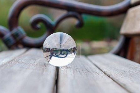 Glaskugel auf dunklem Hintergrund, Holzoberfläche. Weichzeichner. mit Leerraum für Text