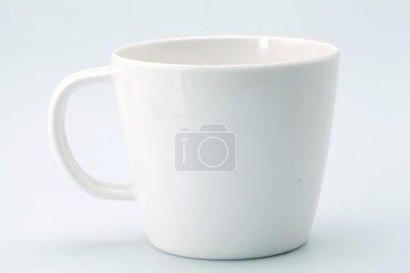 Photo pour Tasse blanche isolé sur fond blanc - image libre de droit