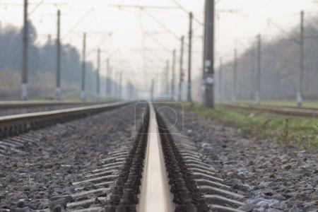 Photo pour Chemins de fer s'étirant dans la distance. - image libre de droit
