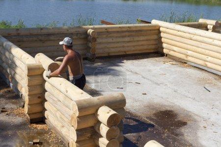 Photo pour Construire une maison en rondins . - image libre de droit