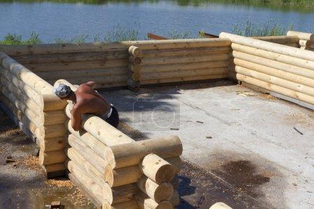 Carpinteros disposición de troncos pared de un nuevo hogar .