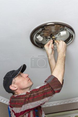 Foto de Contacto de la lámpara de techo de aislamiento eléctrico. - Imagen libre de derechos