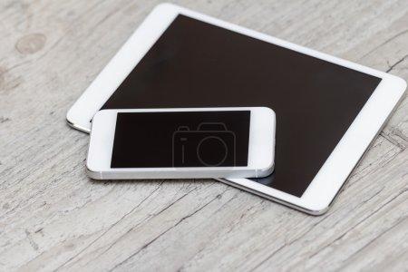 Photo pour Smartphone et tablette sur le fond en bois gris - concept - image libre de droit