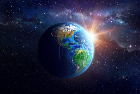 Photo pour La face éclairée de la Terre dans l'espace. Vue détaillée du continent américain. Éléments de cette image fournis par la NASA - image libre de droit