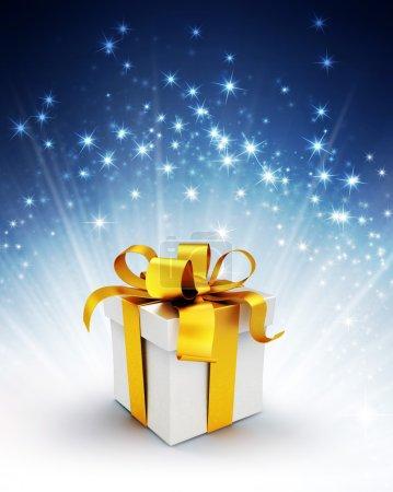 Photo pour Coffret cadeau blanc avec ruban d'or sur un fond bleu brillant avec explosion de lumière étoilée - image libre de droit