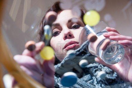 Photo pour Des pilules multicolores. Fille choisit des comprimés - image libre de droit