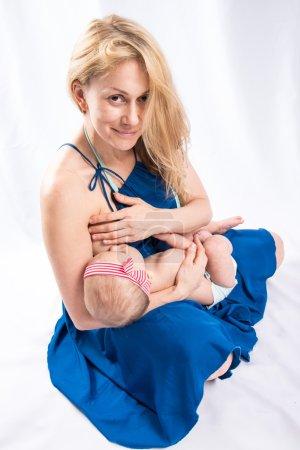 Photo pour Maman allaite le bébé - image libre de droit