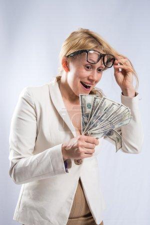 Photo pour Fille en costume d'affaires comptant l'argent - image libre de droit