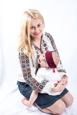 Photo pour Maman tient sur les mains du bébé - image libre de droit