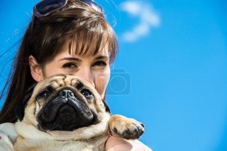 Photo pour Fille jouant avec son chien sur la nature - image libre de droit