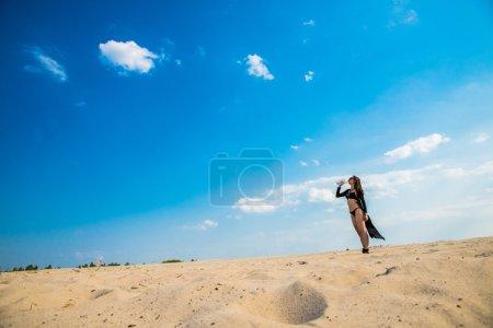 Photo pour Fille dans le désert l'eau potable d'une bouteille en plastique - image libre de droit