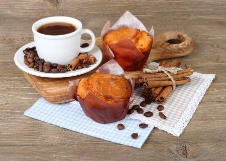 Photo pour Tasse de café et gâteaux frais parfumés sur un fond en bois . - image libre de droit
