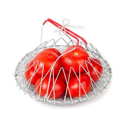 Photo pour Tomates fraîches mûres dans un sac pliant en maille métallique sur fond blanc avec une place pour le texte . - image libre de droit