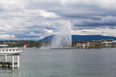 Photo pour Water jet fountain on Lake Geneva in Switzerland - image libre de droit