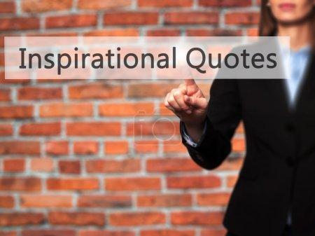 inspirierende Zitate - Geschäftsfrau drückt Hand auf Knopf