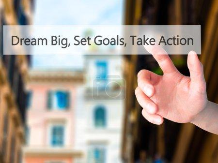 Photo pour Dream Big Set Goals Take Action - Appuyez sur un bouton sur le concept de fond flou. Affaires, technologie, concept internet. Photo de stock - image libre de droit