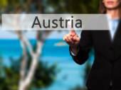 Ausztria - üzletasszony nyomja a kezét gomb-on érint képernyő int