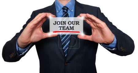 Photo pour Homme d'affaires tenant la carte blanche avec Rejoignez notre signe d'équipe, fond blanc - image libre de droit