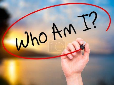 Photo pour Écriture de main d'homme qui suis-je ? avec un marqueur noir sur écran visuel. Isolé sur la nature. Affaires, technologie, concept de l'internet. Photo en stock - image libre de droit