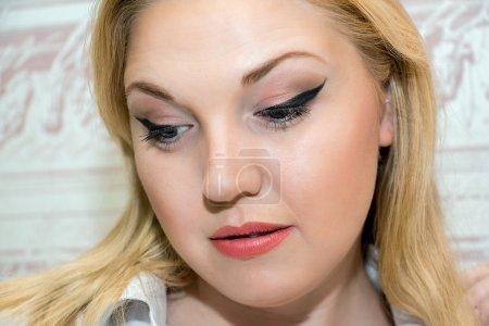 Photo pour Portrait d'une belle femme d'âge moyen, maquillage professionnel. Gros plan . - image libre de droit