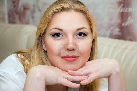 Photo pour Portrait d'une belle femme d'âge moyen, maquillage professionnel . - image libre de droit