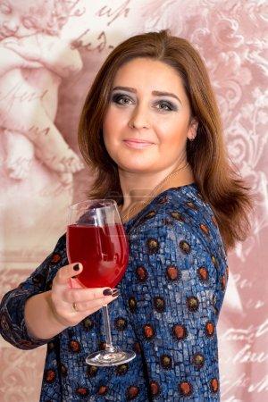 Photo pour Portrait d'une belle femme d'âge moyen avec verre de vin, maquillage professionnel . - image libre de droit