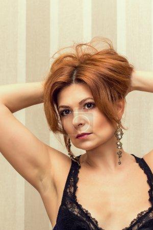 Photo pour Portrait d'une belle femme dans un négligé, qui se regarde dans les miroirs . - image libre de droit