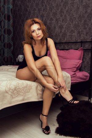 Photo pour Belle femme en sous-vêtements portant des chaussures à talons hauts . - image libre de droit