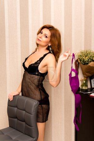 Photo pour Portrait d'une belle femme dans un négligé à la maison . - image libre de droit