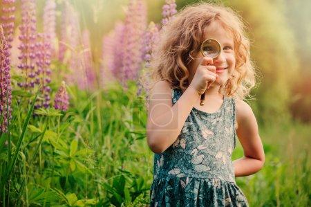 Photo pour Enfant fille explorer la nature avec loupe, apprendre pendant les vacances d'été en forêt - image libre de droit