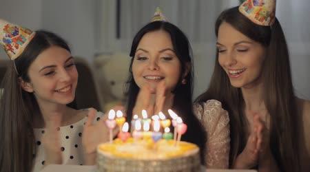 Hezké dívky s narozeninovým dortem