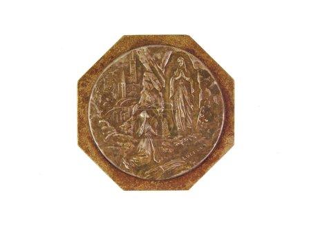 Photo pour Médaille de bronze montrant notre Dame de Lourdes isolé sur fond blanc - image libre de droit