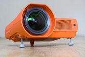 Projektor s velkým objektivem