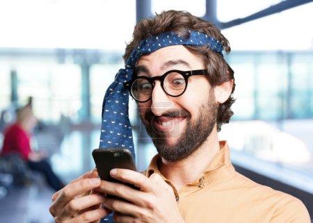 Photo pour Homme fou avec téléphone portable - image libre de droit