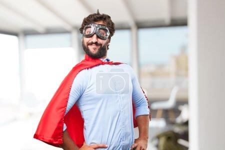 Photo pour Homme héros fou avec expression heureuse - image libre de droit