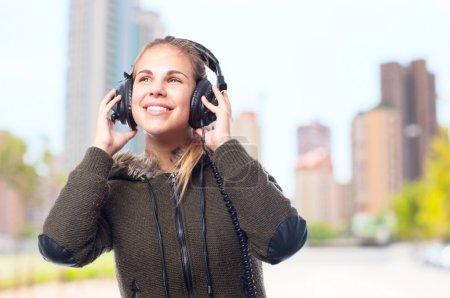 Foto de Mujer joven fresca con auriculares - Imagen libre de derechos