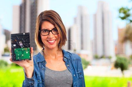 Foto de Mujer joven fresca con disco duro roto - Imagen libre de derechos