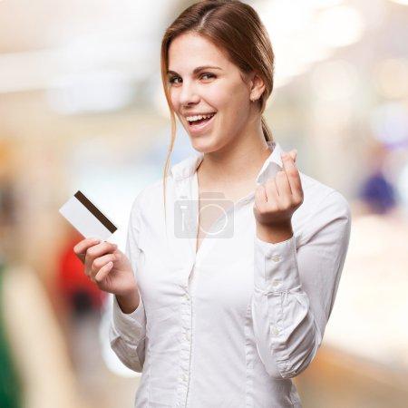 Photo pour Femme blonde avec carte de crédit - image libre de droit