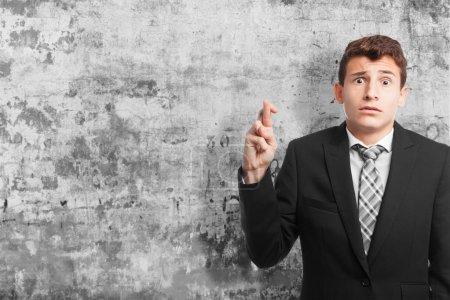 Photo pour Homme d'affaires doigt croisement - image libre de droit