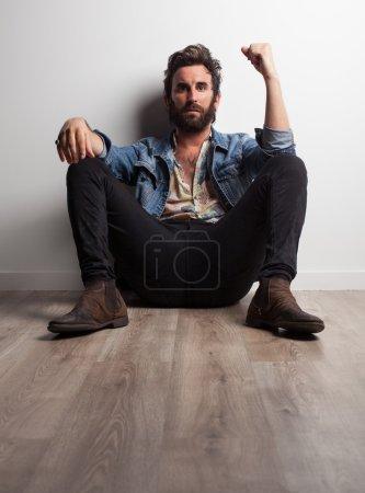 Photo pour Musicien de rock assis sur le plancher - image libre de droit