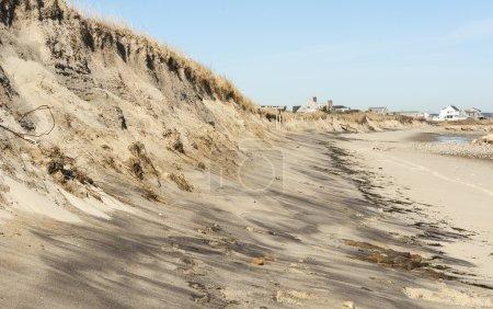 Photo pour Dunes le long de la rive de la baie de Cape Cod coupée par les marées - image libre de droit