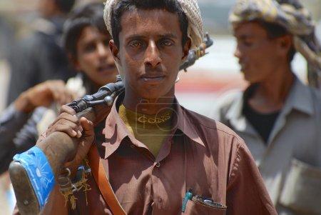 Photo pour ADEN (Yémen) - 14 SEPTEMBRE 2006 : Un jeune Yéménite non dentelé tient un fusil le 14 septembre 2006 à Aden (Yémen) . - image libre de droit