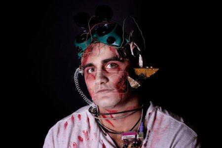 Photo pour Dangereux Vivant Zomby. maquillage professionnel pour les cosmétiques de film d'horreur (maquillage faceart bodyart aqua grim). Photo réaliste peut être utilisé pour la fête d'Halloween, studio d'horreur, conception de pièces d'ordinateur fou - image libre de droit