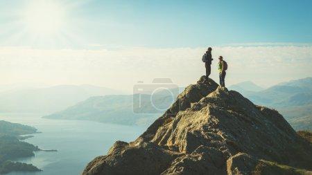 Photo pour Afficher les deux randonneurs femelles au sommet de la montagne en profitant de la vallée, Ben A'an, Loch Katrina, Highlands, Ecosse, Royaume-Uni - image libre de droit