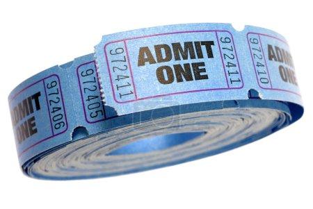 Photo pour Rouleau de bleu admettre un billet isolé sur fond blanc - image libre de droit