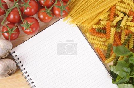 Photo pour Sélection de spaghettis et pâtes italiens avec livre de recettes vierges ou livre de cuisine. Espace pour la copie. - image libre de droit